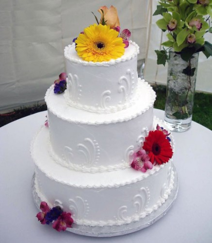 using fresh flowers on wedding cakes